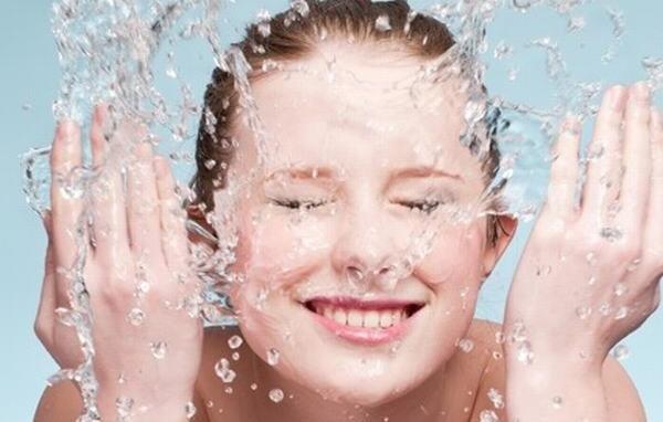 Bạn làm mềm da bằng nước ấm trước rồi rửa sạch