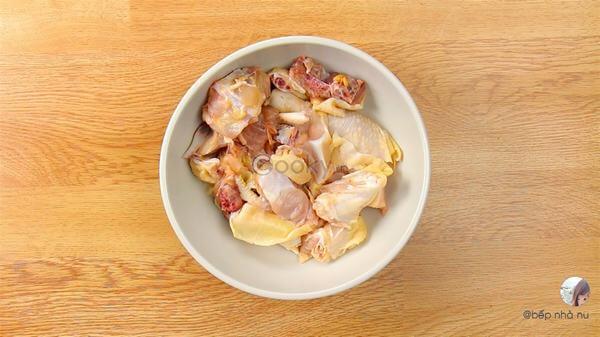 Đầu tiên, thịt gà bạn sẽ rửa sạch, chặt khúc
