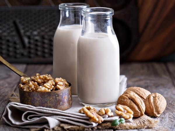 Thay thế sữa đậu nành bằng sữa óc chó có lợi cho việc giảm cân