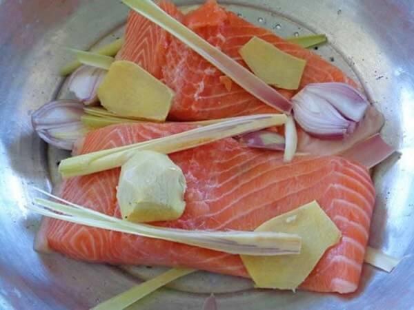 Bật bếp cho đĩa cá vào xửng hấp để hấp chín cá.