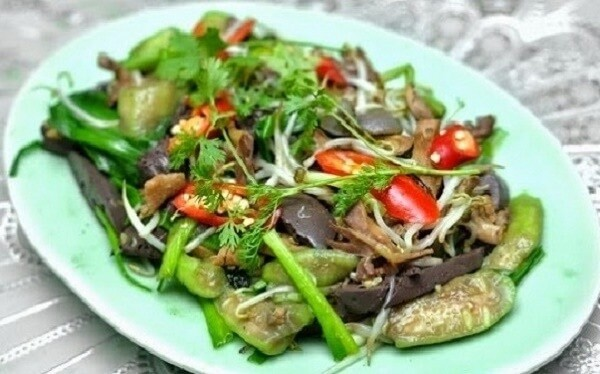 Tận dụng lòng vịt để xào cùng nhiều loại rau củ để có được món ăn thơm ngon