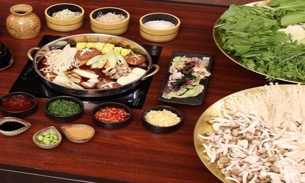 Lẩu nấm ngoài nấm là nguyên liệu chính thì có thể thay thế rau tùy thuộc sở thích. Ảnh: Internet