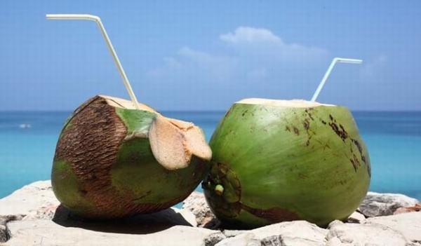 Nước dừa cung cấp rất nhiều vitamin cho mẹ bầu - Ảnh Internet