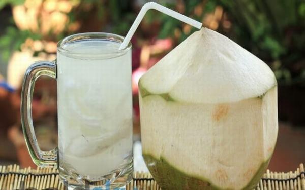 Nước dừa giúp cho mẹ bầu duy trì và ổn định huyết áp