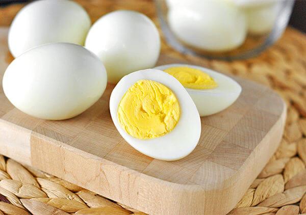 Trứng cút luộc xong bóc sạch vỏ