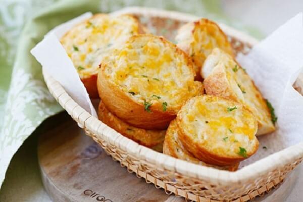 Bánh mì nướng bơ tỏi thơm nồng cho bữa sáng