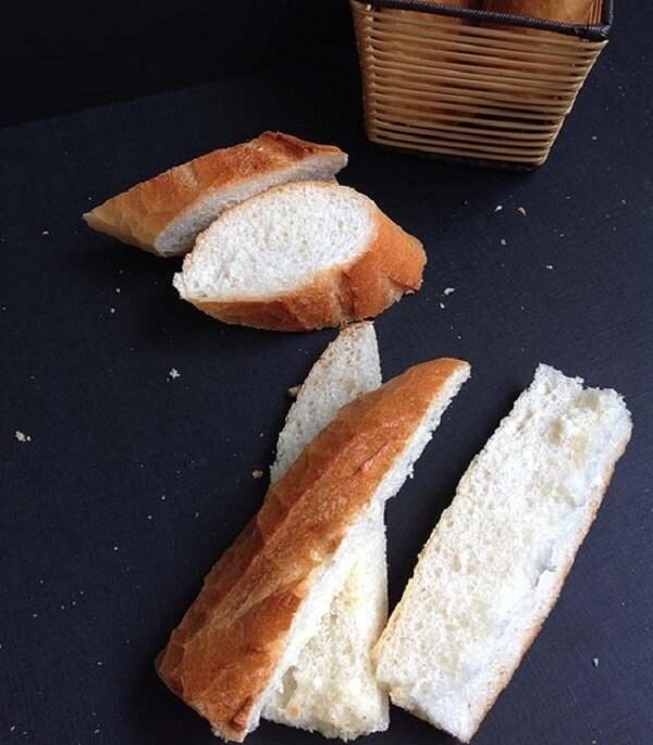 Bánh gối: cắt làm đôi hoặc làm 4 phần đều được.