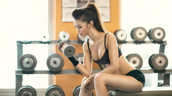 Tập nâng tạ sẽ giúp cánh tay thon gọn rất nhiều