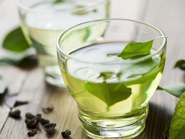 Uống nước trà xanh tươi