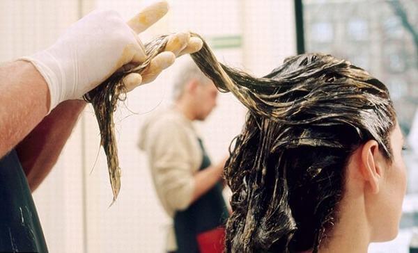 Hóa chất sẽ làm cho tóc bạn ngày càng hư tổn nặng