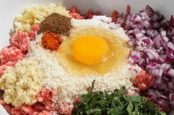 Cho tất cả các nguyên liệu và gia vị vào thịt và viên lại thành hình tròn nhỏ. Ảnh: Internet