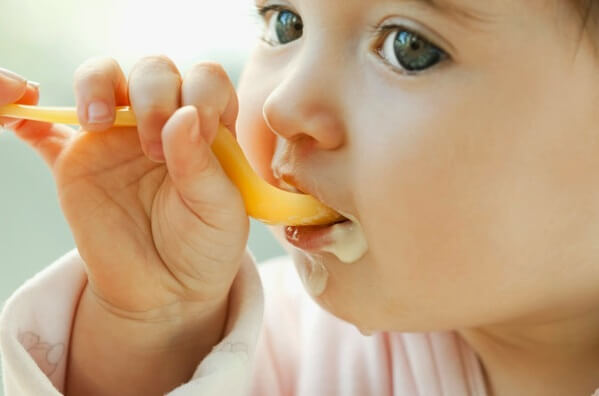 Bé mấy tháng ăn được váng sữa, váng sữa loại nào tốt nhất cho bé