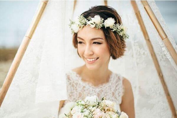 Bới tóc cho cô dâu kiểu uốn xoăn buông lơi nhẹ nhàng