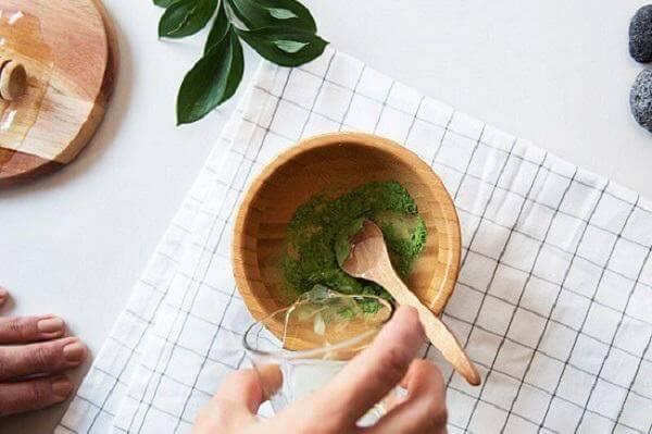 Sử dụng bột trà xanh kết hợp với dầu dừa
