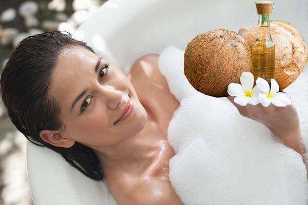 thực hiện các động tác massage thật nhẹ nhàng - Cách dưỡng da bằng dầu dừa, làm trắng da mặt, da toàn thân