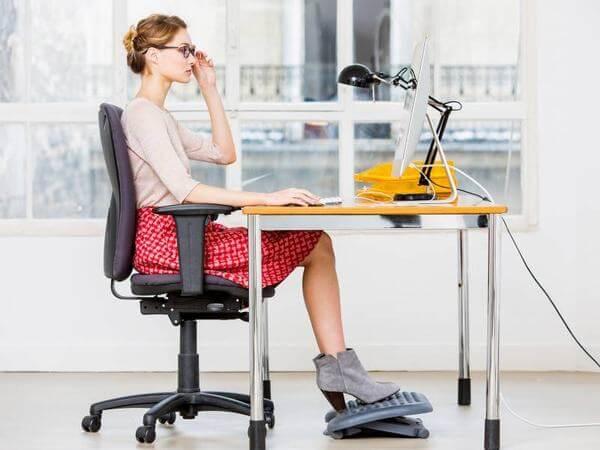 Ngồi làm việc thẳng lưng khiến bản thân có nhiều cảm hứng làm việc và ngăn ngừa chất béo trong cơ thể phát triển