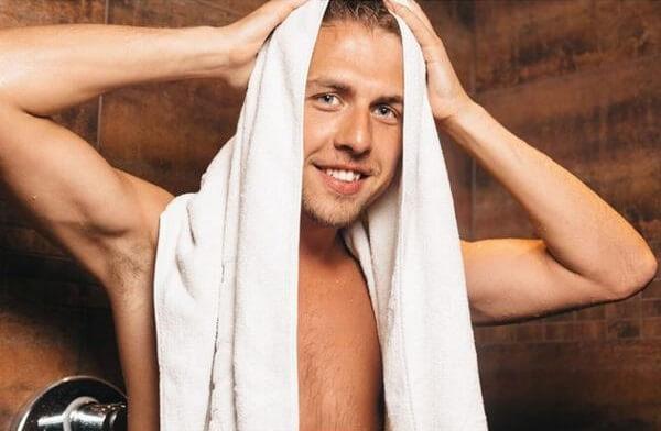 Dùng khăn mặt, khăn tắm để giữ nếp cho tóc cho nam