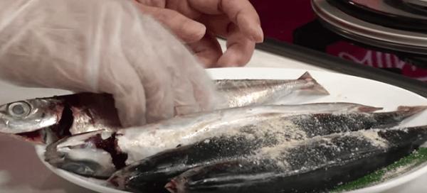 Cá nục rửa sạch, cắt khúc và ướp muối Ảnh Internet