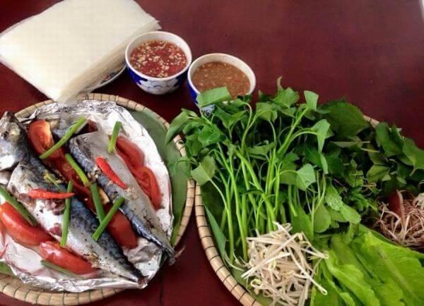 Cá nục hấp cuốn bánh tráng, rau sống và chấm nước chấm đậm đà Ảnh Internet