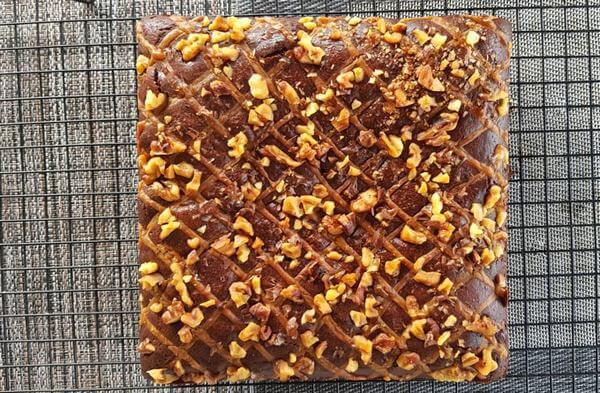 Nướng bánh khoảng 25 phút thì kiểm tra bánh