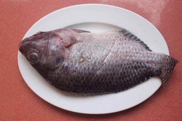 Khía đường chéo trên thân cá
