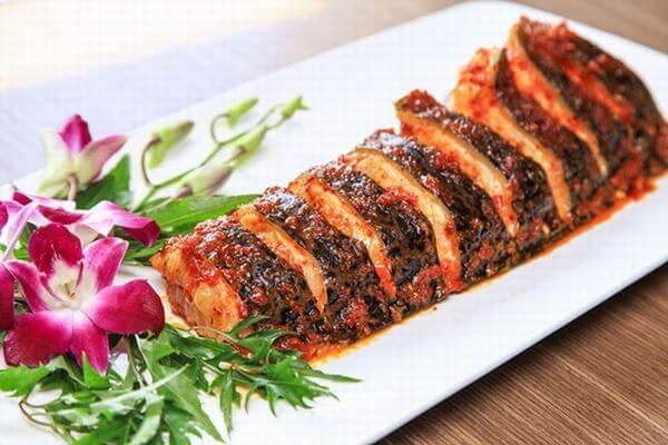 Cho cá nướng ra dĩa và trang trí sao cho đẹp mắt