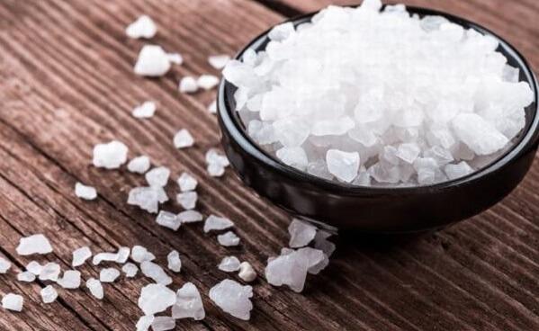 Muối sẽ loại bỏ sạch được cặn bẩn của nấm.