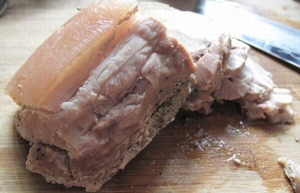 Nấu thịt heo chín vừa tới chứ không quá chín. Cách làm chà bông heo cay không tốn sức