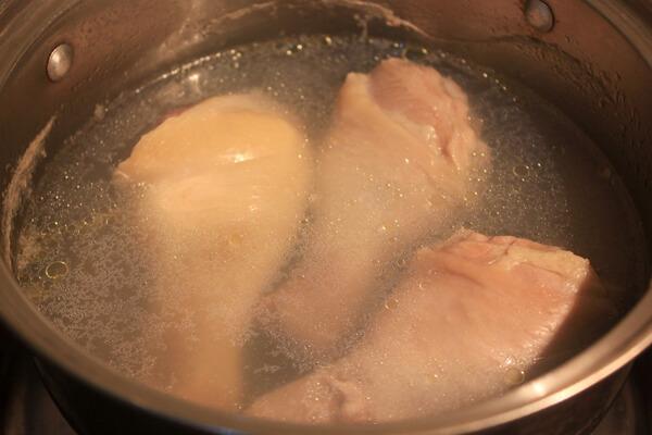 Cho đùi gà vào nồi luộc chín – cách làm gà xối mỡ