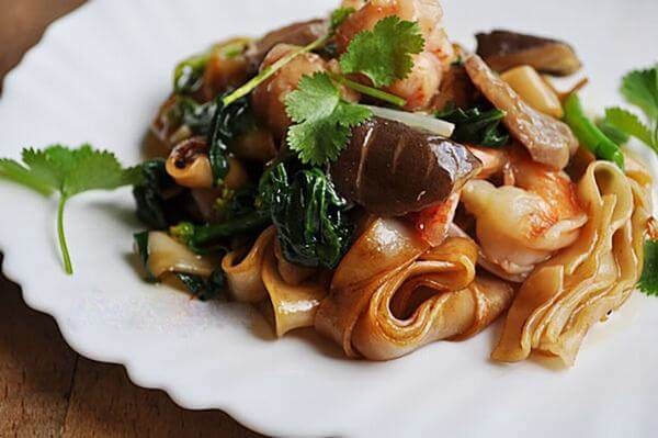 Cách làm hủ tiếu xào hải sản gồm tôm mực