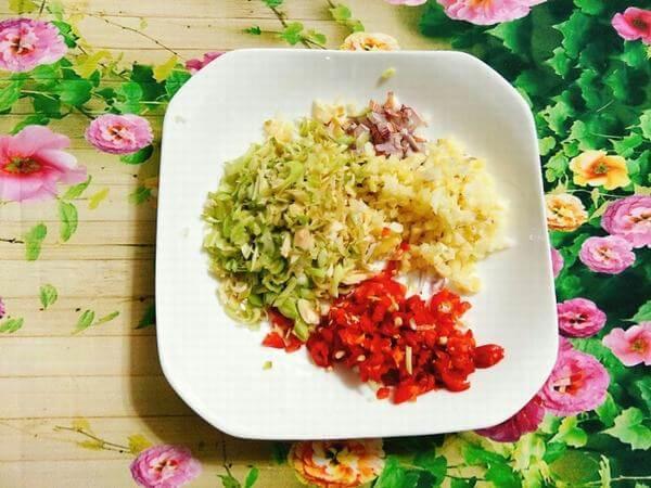 Sơ chế các gia vị cho món khô gà, chà bông gà cay.
