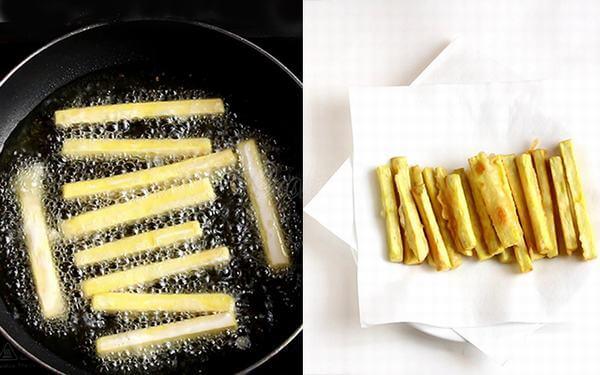 Gắp khoai đã chín vàng ra giấy thấm bớt dầu
