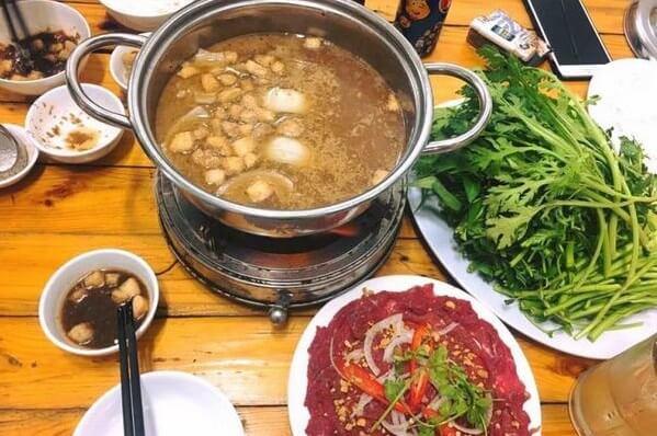 Món lẩu bò nhúng mắm ruốc mang đậm đà hương vị của mắm ruốc