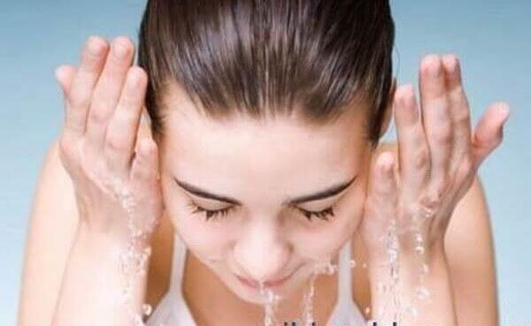 Rửa mặt bằng nước sạch - Cách làm trắng da mặt từ nghệ tươi và mật ong, sữa tươi