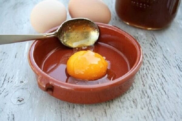 Cách làm mặt nạ trắng da mặt tự nhiên với mật ong và trứng gà