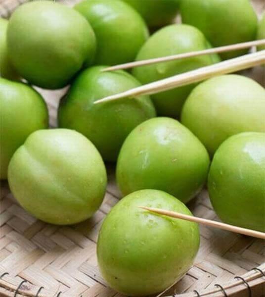 Dùng kim châm táo sau khi rửa – cách làm mứt táo ta