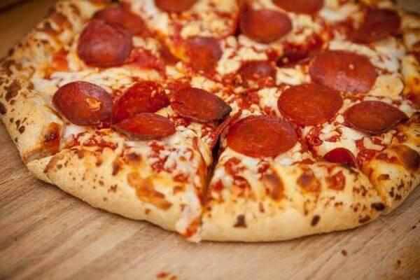 Cách làm bánh pizza xúc xích phô mai béo ngậy