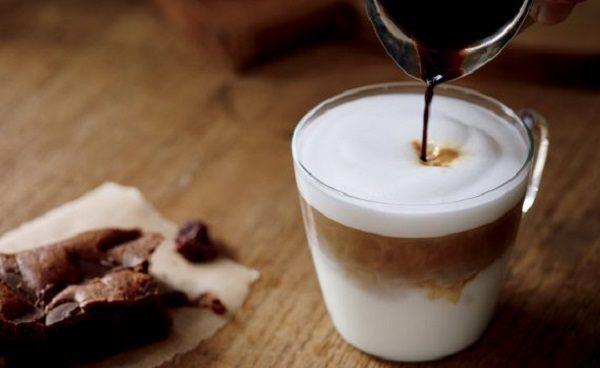 Rót cà phê vào ly sữa chua đánh đá – cach lam sua chua danh da