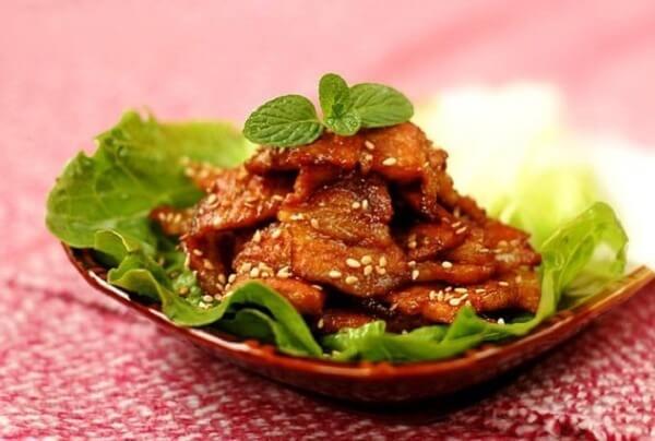 Thưởng thức món thịt ba chỉ áp chảo cùng rau sống, cơm, bún tùy thích