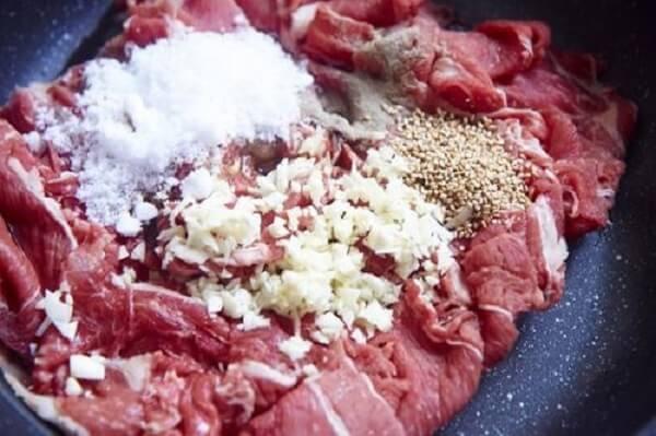Ướp thịt với gia vị từ 40-60p