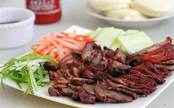 Xá xíu thịt heo có thể ăn kèm với cơm trắng, bánh mì