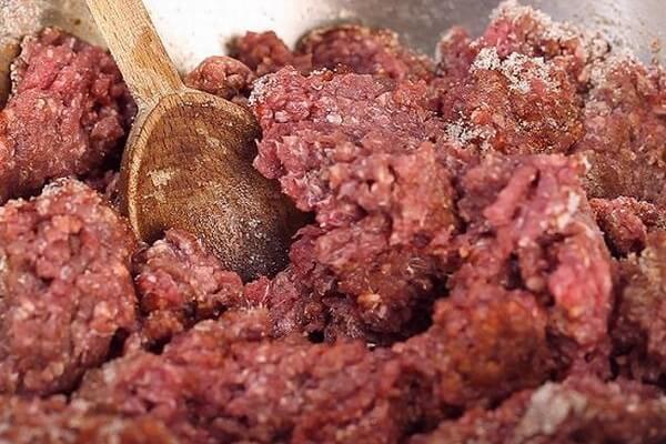 Thịt nạc xay nhuyễn và trộn đều gia vị – cách làm xúc xích heo