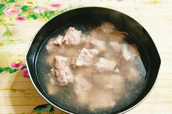 Sườn heo rửa sạch, chặt miếng và trụng qua nước sôi -Cách nấu canh bún chay