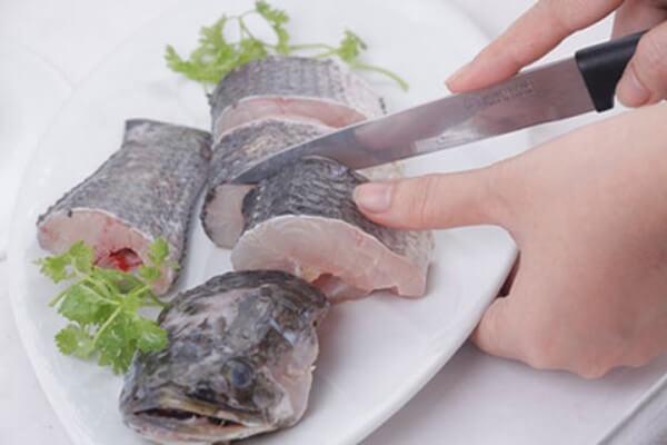 Cách nấu canh chua cá lọc – Cắt cá thành từng khúc khoảng 3cm