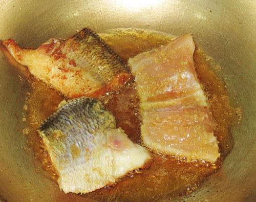 Cách nấu canh cá chua cá lóc – Đem cá chiên sơ qua