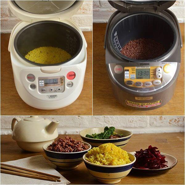 Trộn đều các nguyên liệu và cho nồi cơm điện chuẩn bị nấu gạo lứt