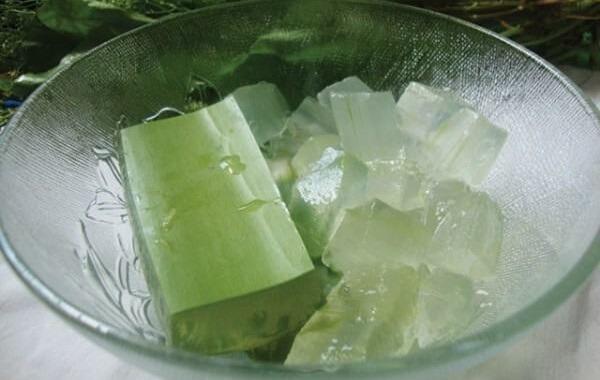 Cách làm nha đam đường phèn – gọt bỏ phần xanh nha đam, lấy phần trắng ngâm với nước muối