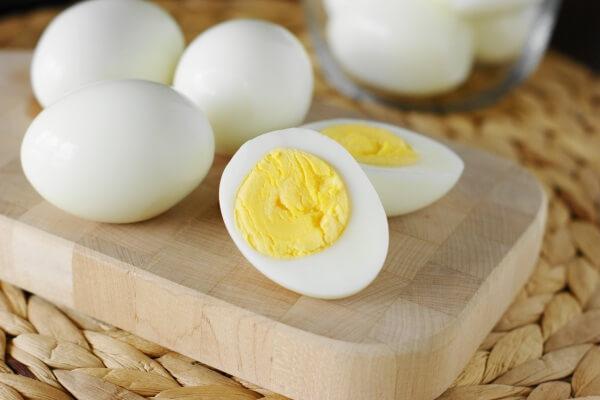 Trứng là một trong số ít nguồn thực phẩm tự nhiên cung cấp vitamin D, một loại vitamin đóng vai trò quan trọng trong việc ổn định trọng lượng cơ thể.