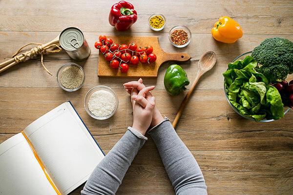 """Không được ăn quá đà vào những ngày """"nghỉ"""" ăn kiêng (Ảnh: medicalnewstoday.com)"""