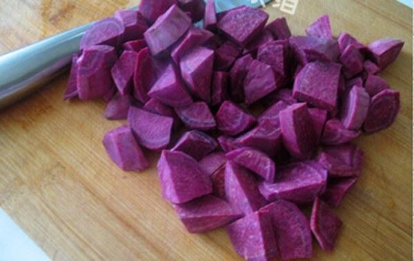 Thái nhỏ khoai – cách nấu chè khoai lang tím